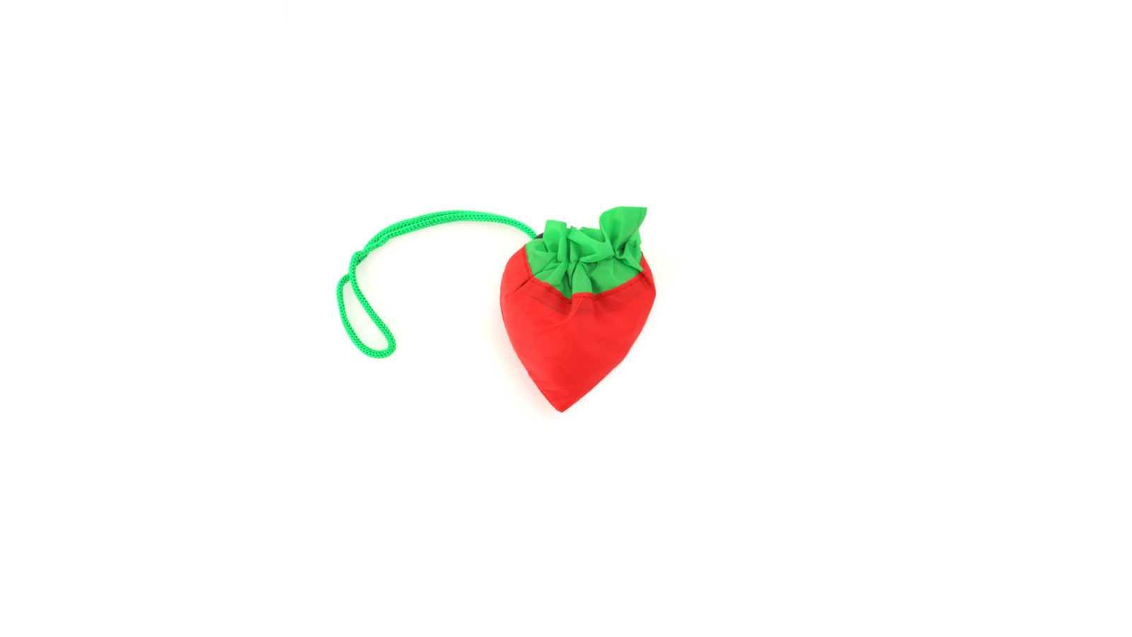 Bolsa plegable de divertidos diseños de frutas en llamativos colores. De tacto suave, con cordón y accesorio de ajuste.Medidas: 40x38 cmPeso: 22 gÁrea máxima de marcaje: 265x200 mmMaterial: Poliéster 190T