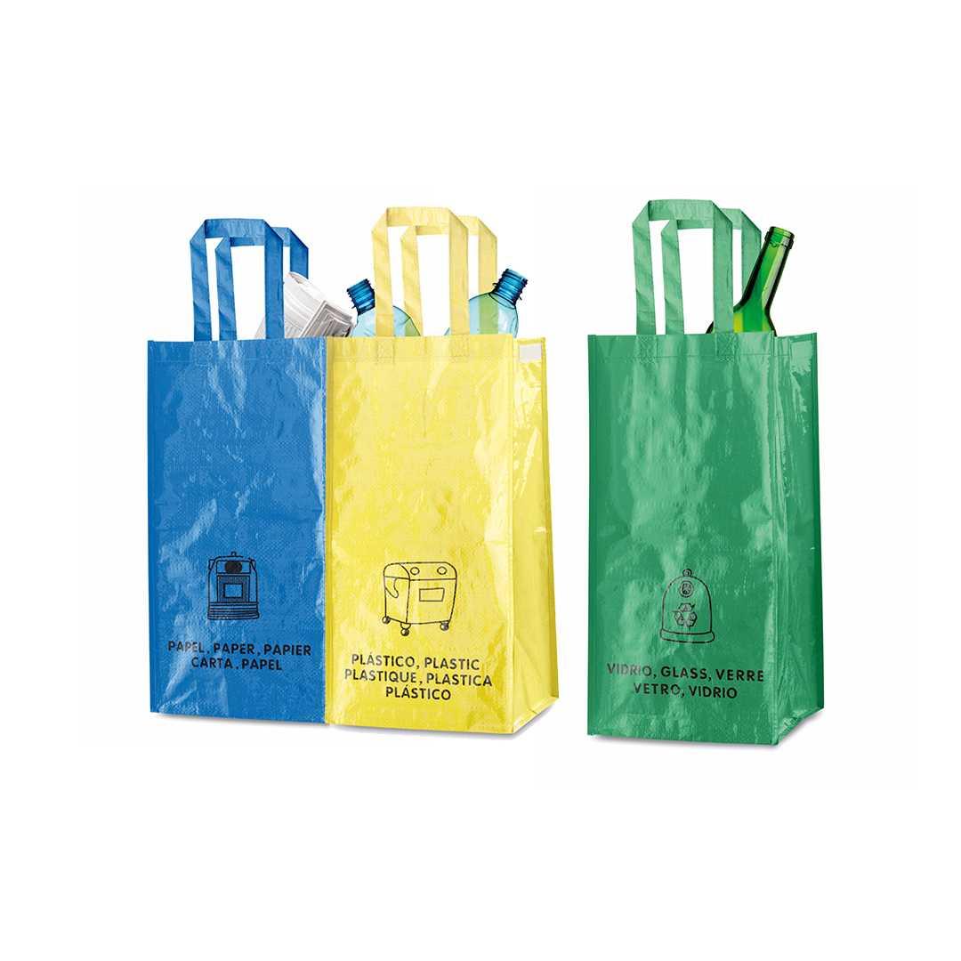 Set de 3 bolsas de reciclaje amarilla-verde-azul en resistente pp-woven laminado de 130 g/m2 de acabado brillante. Incluye 3 bolsas unidas entre sí mediante resistentes velcros laterales. Con asas reforzadas e indicación de tipos de residuo: plástico y envases, vidrio y papel.Medidas: 3 bolsas de 23x45x23 cm (69x45x23 cm)Peso: 225 gÁrea máxima de marcaje: 140x140 mmMaterial: Non woven laminado