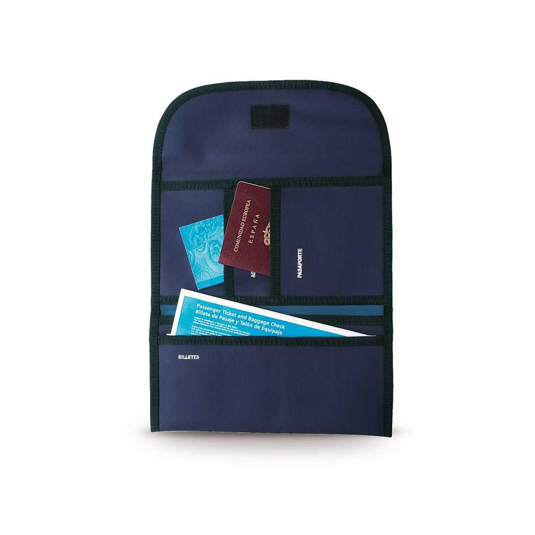 Portadocumentos de viaje personalizado en resistente poliéster 600D de vivos colores con ribete reforzado. Regalo publicitario ideal para agencias de viajes. Con cierre de velcro, interior multibolsillo para billetes de avión, seguros de viaje, pasaporte, etc. y accesorio para cinturón en la parte trasera.Medidas: 25x14 cmPeso: 100 gÁrea máxima de marcaje: 150x200 mm (en solapa de cierre), 130x30 mm (bajo la solapa)